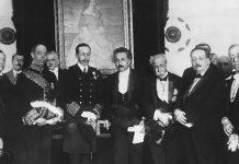 Albert Einstein, con el rey Alfonso XIII a su derecha y el físico Blas Cabrera, segundo a su izquierda, el 4 de marzo de 1923, en Madrid. Getty Images