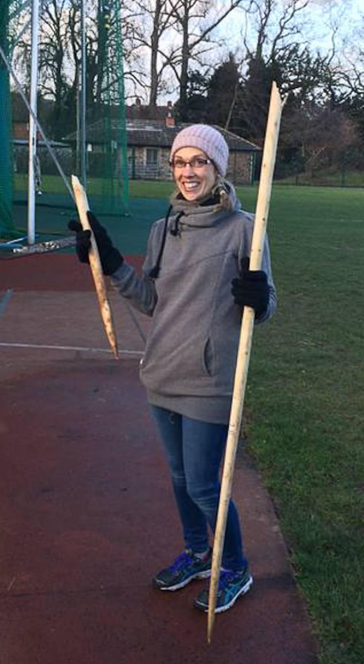 La arqueóloga Annemieke Milks, con una lanza rota.Scientific Reports