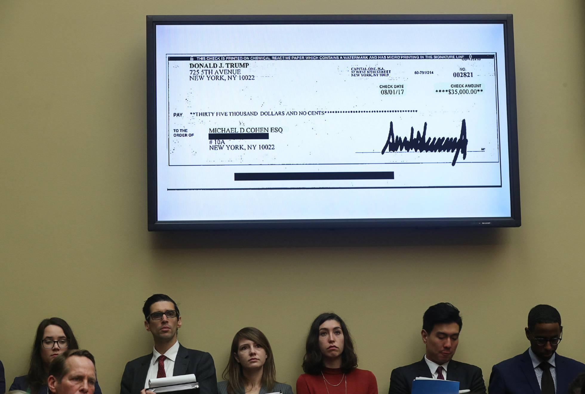 Una copia del cheque firmado por Trump y aportado por Cohen exhibido en una pantalla durante la comparecencia de este miércoles en el Capitolio. JONATHAN ERNST REUTERS
