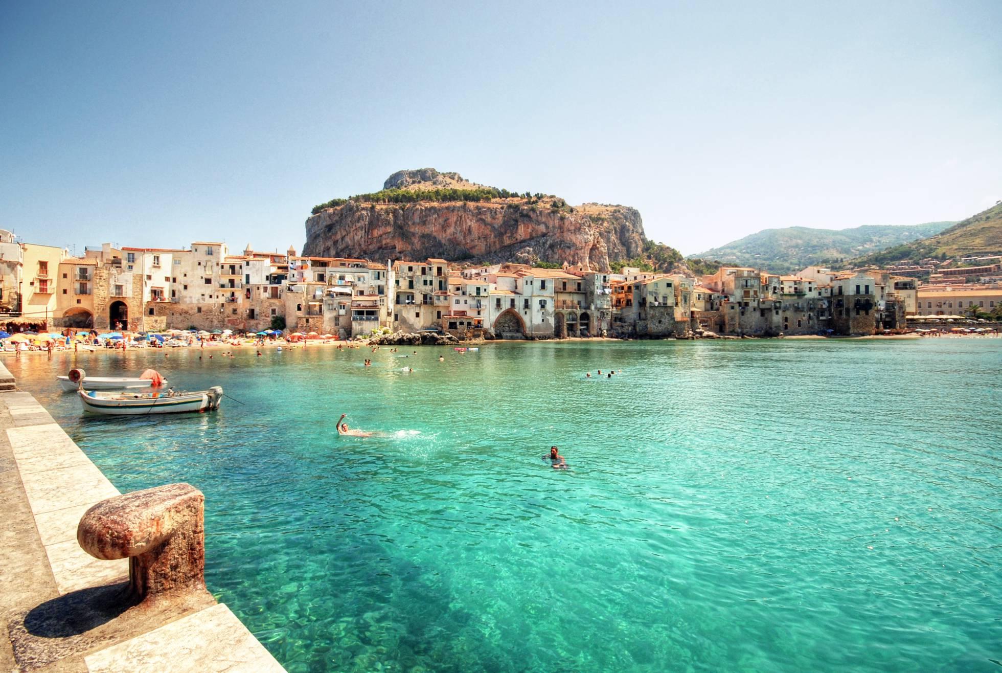 Cefalú, la idílica localidad costera de la costa norte de Sicilia donde Aleister Crowley construyó una abadía thelemita y de la que acabó siendo expulsado.Getty Images