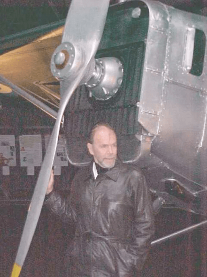 A Richard Bach le gustaba volar: en 2012, sufrió un accidente aéreo y casi muere. Actualmente, tiene 84 años.